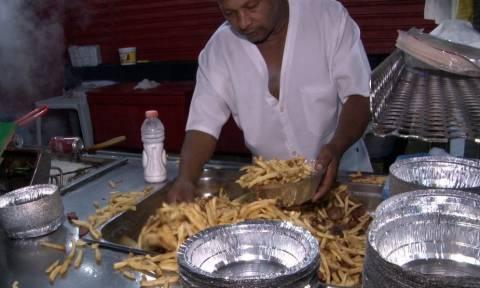 Κλαίμε από συγκίνηση: Δείτε τι κάνει αυτός ο Μάστορας της τηγανητής πατάτας! (vid)