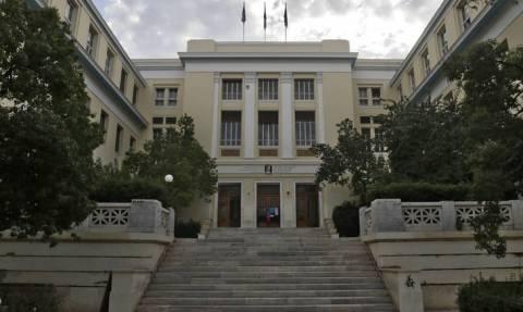 Κουκουλοφόροι βγήκαν από το κτήριο της ΑΣΟΕΕ και τα έκαναν γυαλιά-καρφιά στο κέντρο της Αθήνας