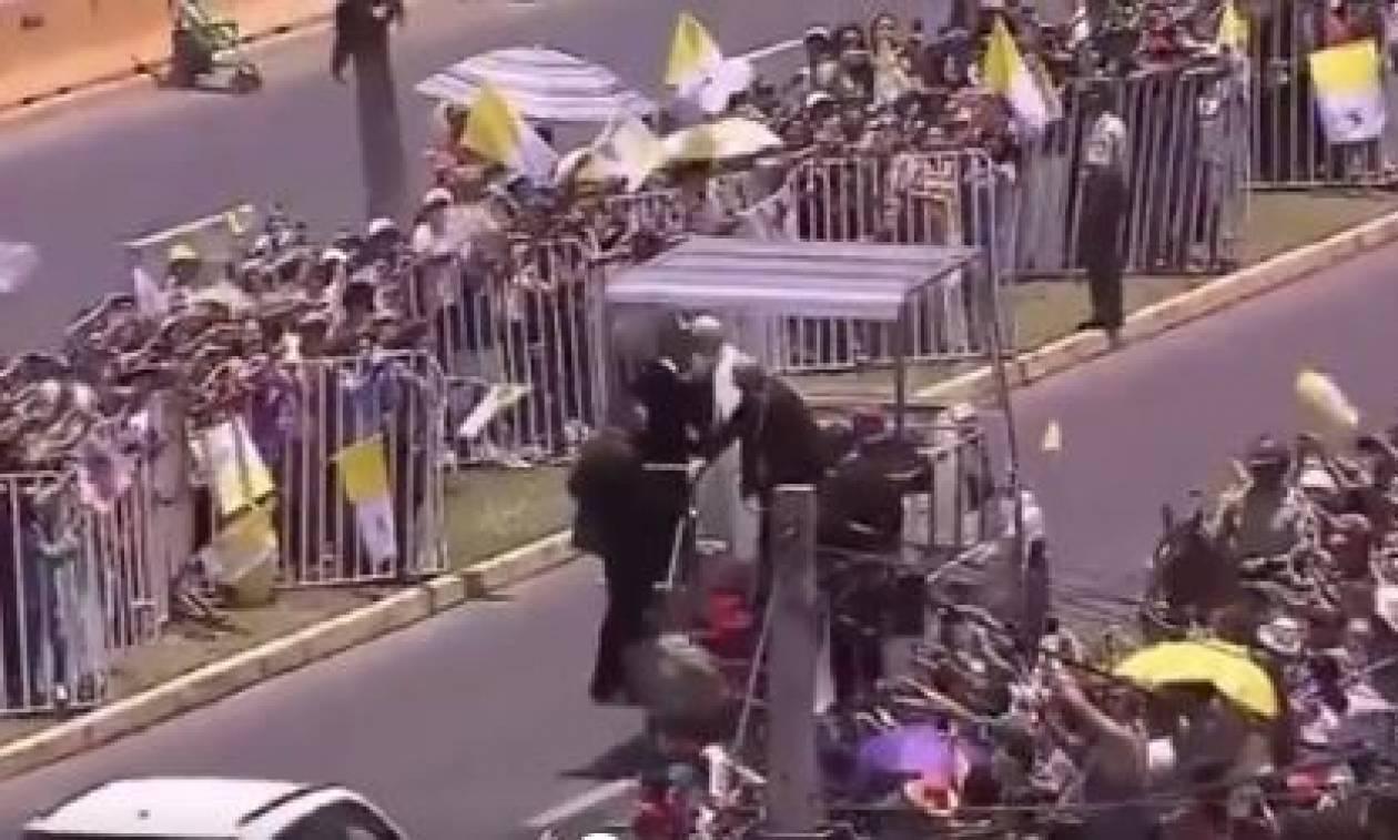 Χιλή: Αστυνομικός έπεσε από το άλογό της και ο Πάπας σταμάτησε την πομπή για να βοηθήσει (vid)
