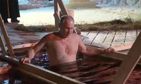 Ρωσία - Θεοφάνεια: Ο Πούτιν «βαπτίστηκε» ξανά στα παγωμένα νερά της λίμνης Σέλιγκερ (Vid)
