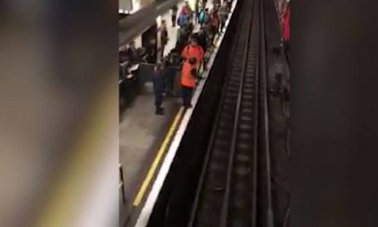Λονδίνο: Χάος στο μετρό από γυναίκα που πήδηξε στις ράγες για να πιάσει το κινητό της (vid)