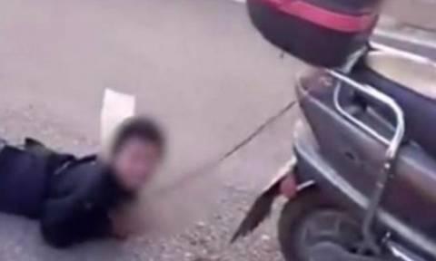 Βίντεο - σοκ: Μάνα έδεσε τον γιο της και τον έσερνε πίσω από το μηχανάκι!