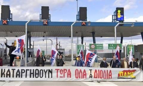 Διόδια στα Τρίκαλα: Διαδηλωτές άνοιξαν τις μπάρες στο νέο αυτοκινητόδρομο