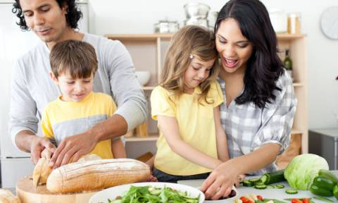 Διατροφή παιδιών: Τι δεν πρέπει να κάνουν τα παιδιά όταν τρώνε