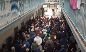 Κρατούμενοι των φυλακών Κορυδαλλού «αποχαιρετούν» τον Βασίλη Στεφανάκο (vid)