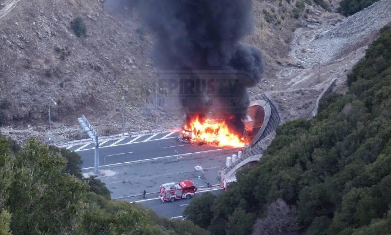 Συναγερμός στην Εγνατία Οδό: Νταλίκα τυλίχθηκε στις φλόγες - Εικόνες σοκ