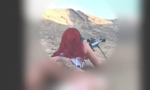 Viral video: Κάνει σκοποβολή εντελώς γυμνή!