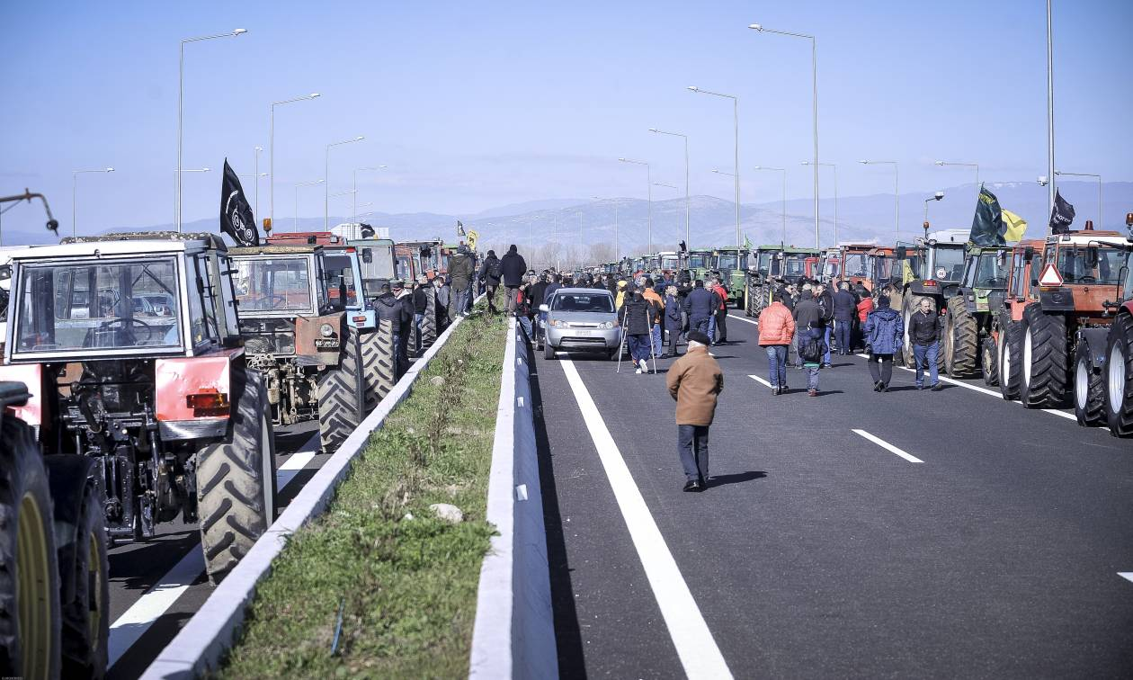 Μπλόκα αγροτών: Έτοιμοι να κόψουν την Ελλάδα στα δύο με τα τρακτέρ