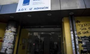 Καρέ - καρέ το βίντεο της εισβολής του Ρουβικώνα σε εφορία