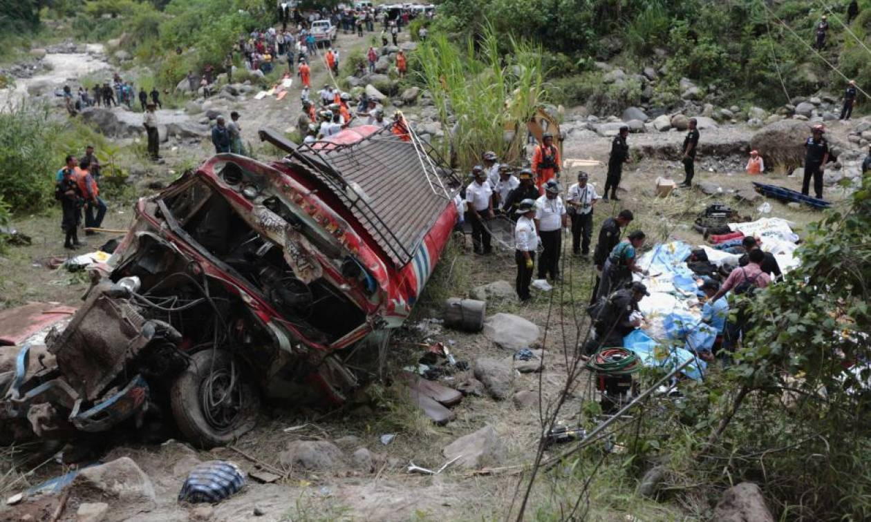 Τραγωδία στη Γουατεμάλα: Τουλάχιστον οκτώ νεκροί και 15 τραυματίες από πτώση λεωφορείου σε ρεματιά