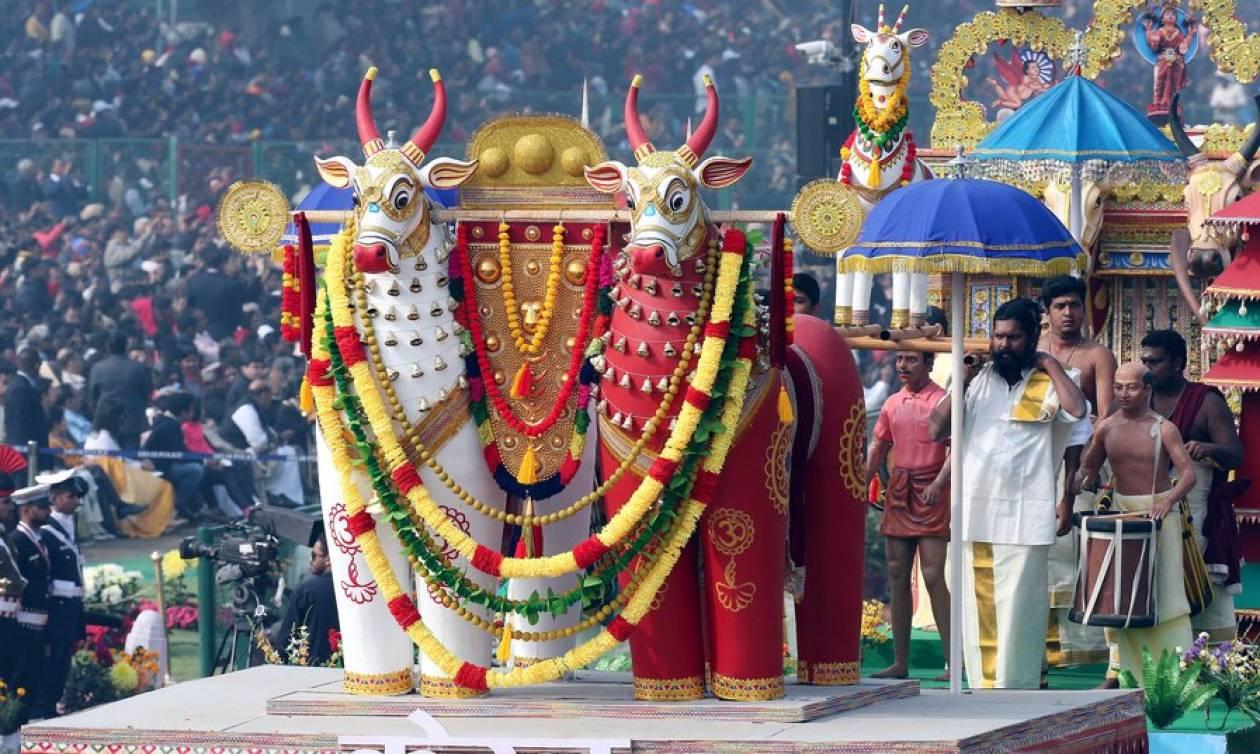 «Έκρηξη» χρωμάτων στον εορτασμό της Ημέρας της Δημοκρατίας στην Ινδία