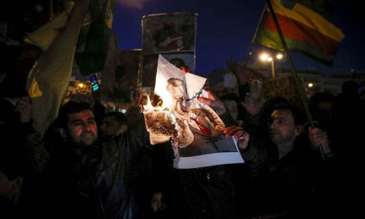 Κούρδοι έκαψαν αφίσες με τον Ερντογάν στο κέντρο της Αθήνας (vid)
