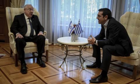 Στο Μαξίμου ο Πρόεδρος του Ισραήλ: Ο διάλογος με τον Τσίπρα μπροστά στις κάμερες (vid)