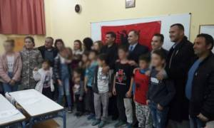 Αλβανοί μαθητές φορούν μπλούζες με τη σημαία της «Μεγάλης Αλβανίας» σε ελληνικό σχολείο