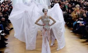 Αυτό είναι το «γυμνό» νυφικό που κάνει θραύση στο Παρίσι (Pics+Vid)