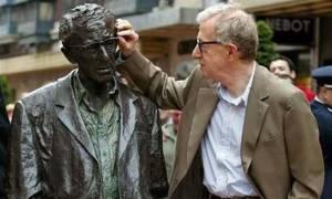 Να κατέβει το άγαλμα του Γούντι Αλεν ζητούν γυναίκες στο Οβιέδο!