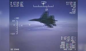 Viral: Δείτε καρέ-καρέ το επικίνδυνο παιχνίδι πολέμου ανάμεσα σε ρωσικό και αμερικάνικο μαχητικό