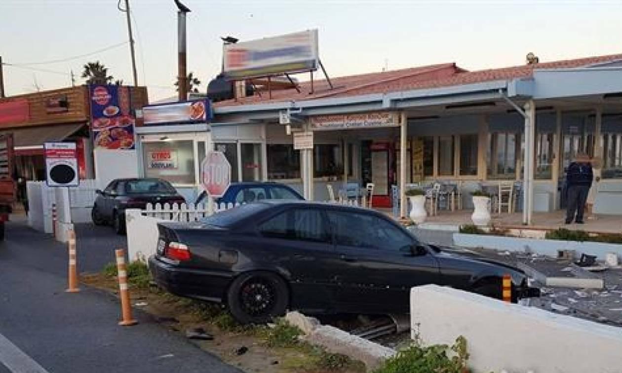 Κρήτη: Έφυγε από το δρόμο, διαπέρασε τοιχίο κι έφτασε στην είσοδο ταβέρνας (pics)
