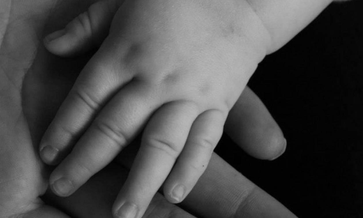 Φρίκη: Πατέρας πέταξε το 10 μηνών βρέφος του από το δεύτερο όροφο γιατί έκλαιγε