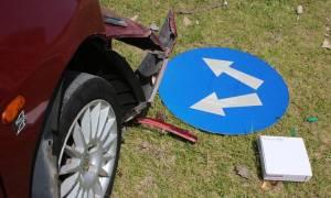 Χανιά: Η «τρελή» πορεία ενός αυτοκινήτου σταμάτησε πάνω στην κολώνα (pics)