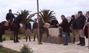Ανατριχίλα: Ο Ψαραντώνης τραγουδά «Πότε θα κάνει ξαστεριά» στον τάφο του Καζαντζάκη (vid)