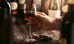 Αποτοξινωτικό το αλκοόλ για τον εγκέφαλο – Σε ποια ποσότητα είναι ευεργετικό