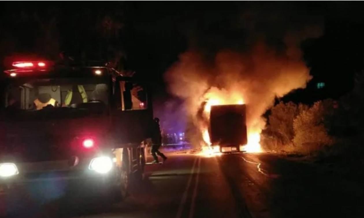 Τρόμος για οδηγό στα Χανιά: Νταλίκα τυλίχτηκε στις φλόγες εν κινήσει (vid)