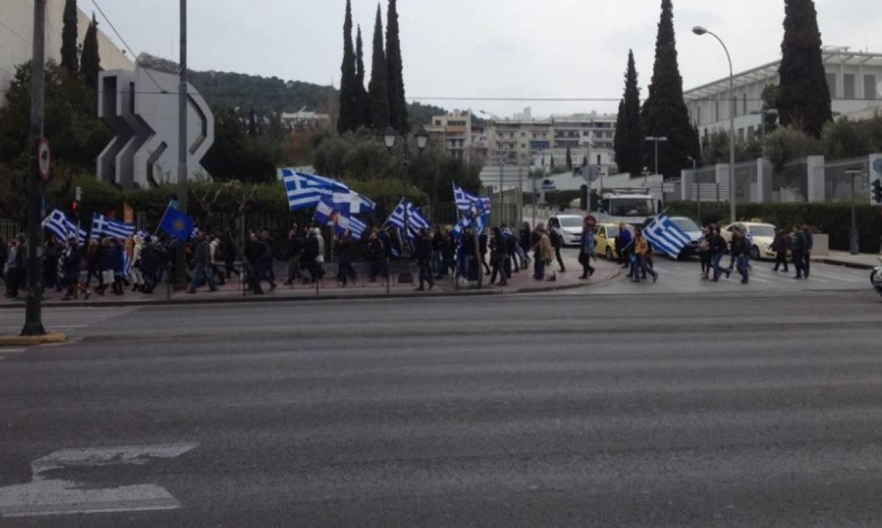 Συλλαλητήριο Αθήνα: Διαδηλωτές κρατώντας ελληνικές σημαίες κατευθύνονται στο Σύνταγμα