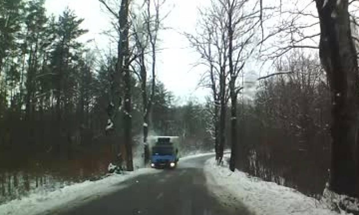 Οδηγούσε σε χιονισμένο δρόμο όταν ξαφνικά το φορτηγό του άρχισε να... (video)
