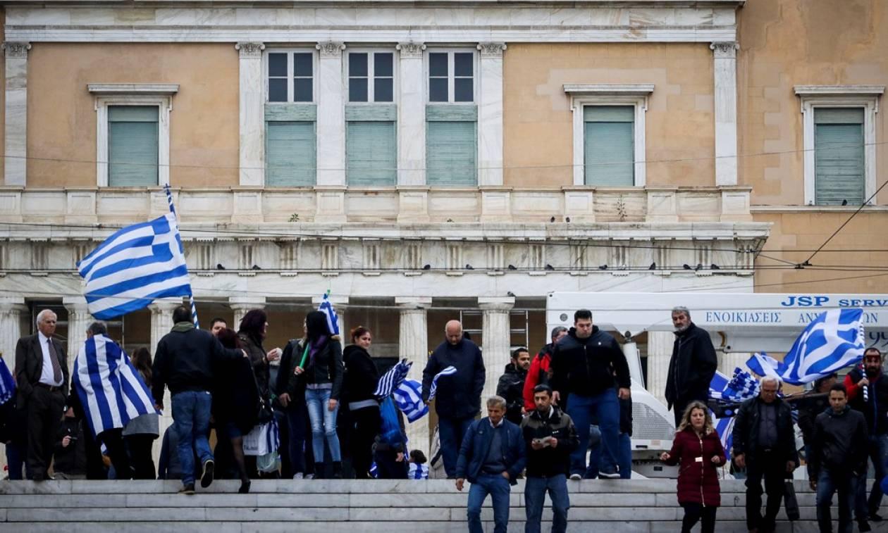Συλλαλητήριο: Δέος - Αποθεωτική και υπό το «Μακεδονία Ξακουστή» η αλλαγή φρουράς στο Σύνταγμα!