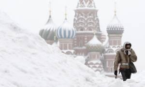 Ρωσία: Χιονίζει ασταμάτητα στη Μόσχα – Τουλάχιστον ένας νεκρός (Vid)