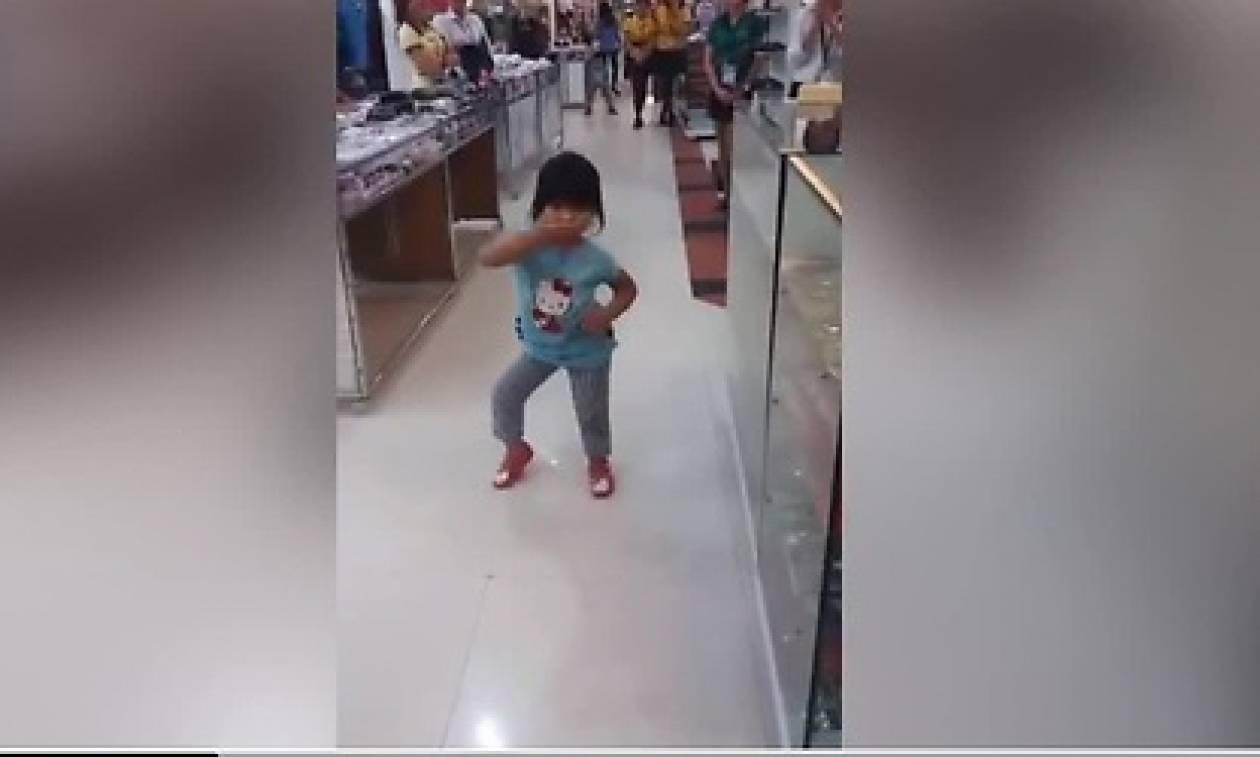 Πανικός σε Σούπερ Μάρκετ! Σταμάτησαν όλοι τα ψώνια τους όταν ξαφνικά η πιτσιρίκα... (video)