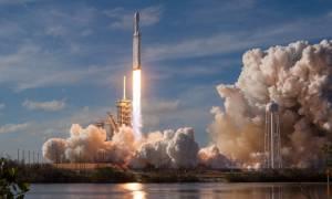 Ο πύραυλος Falcon Heavy ξεκίνησε το ταξίδι του στο διάστημα