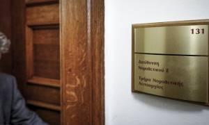 Χαμός στη Βουλή: Πρώην βουλευτής προσπάθησε να φωτογραφίσει τη δικογραφία για τη Novartis
