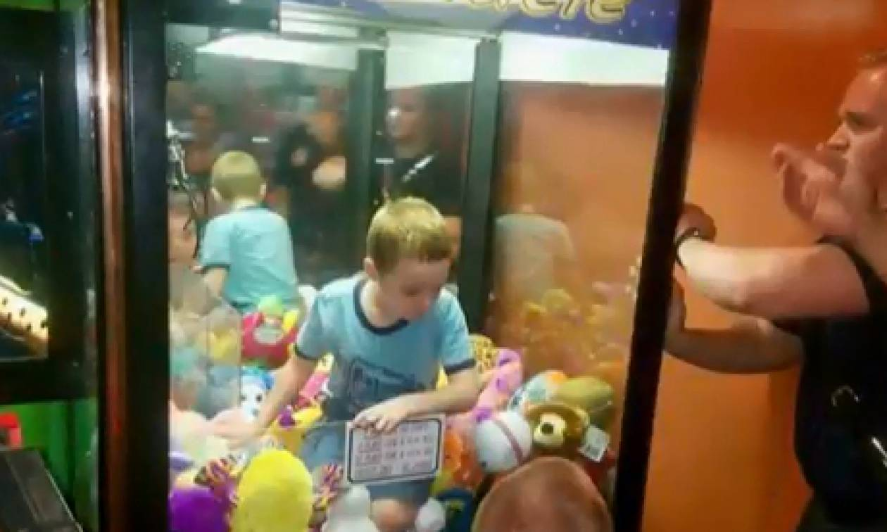 ΣΟΚ: Αγόρι παγιδεύτηκε μέσα σε μηχάνημα με τυχερά κουκλάκια (vid)