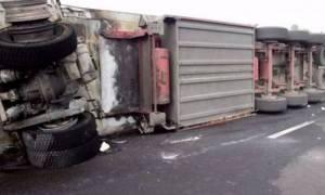 Προσοχή: Ανετράπη νταλίκα- Έκλεισε η εθνική οδός Αθηνών – Λαμίας