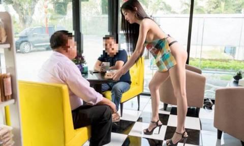 Δείτε τη γυμνή σερβιτόρα που κάνει πάταγο! (pics)