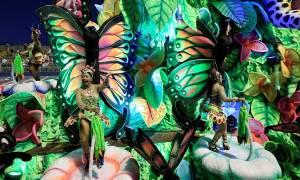 Καρναβάλι Ρίο: Εντυπωσιακά άρματα και... καλλίγραμμες χορεύτριες τραβούν τα βλέμματα! (pics)