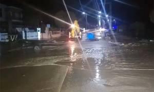 Καιρός: Πλημμύρισε η κρεμαστή γέφυρα στον Αγιόκαμπο - Κινδύνεψε ο οδηγός (pics&vid)