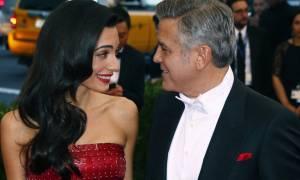 Απίστευτη κίνηση ανθρωπιάς από Clooney–Amal: Αυτός είναι ο πρόσφυγας που φιλοξενείται στο σπίτι τους