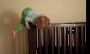 Τα μωρά το έσκασαν. Οι πιο αστείες «αποδράσεις», που θα σας κάνουν να κλάψετε από τα γέλια (video)