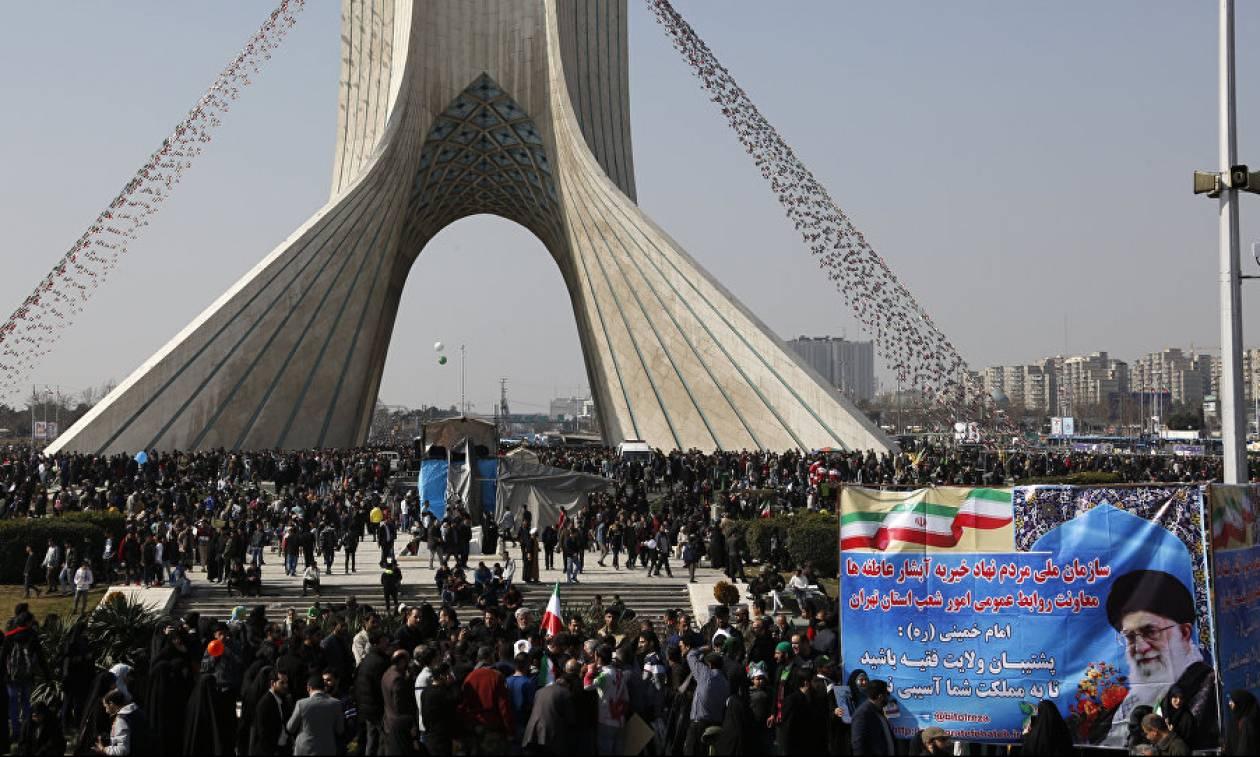 Ιράν: Χιλιάδες Ιρανοί στους δρόμους για να γιορτάσουν την ισλαμική επανάσταση του 1979 (pics+vid)