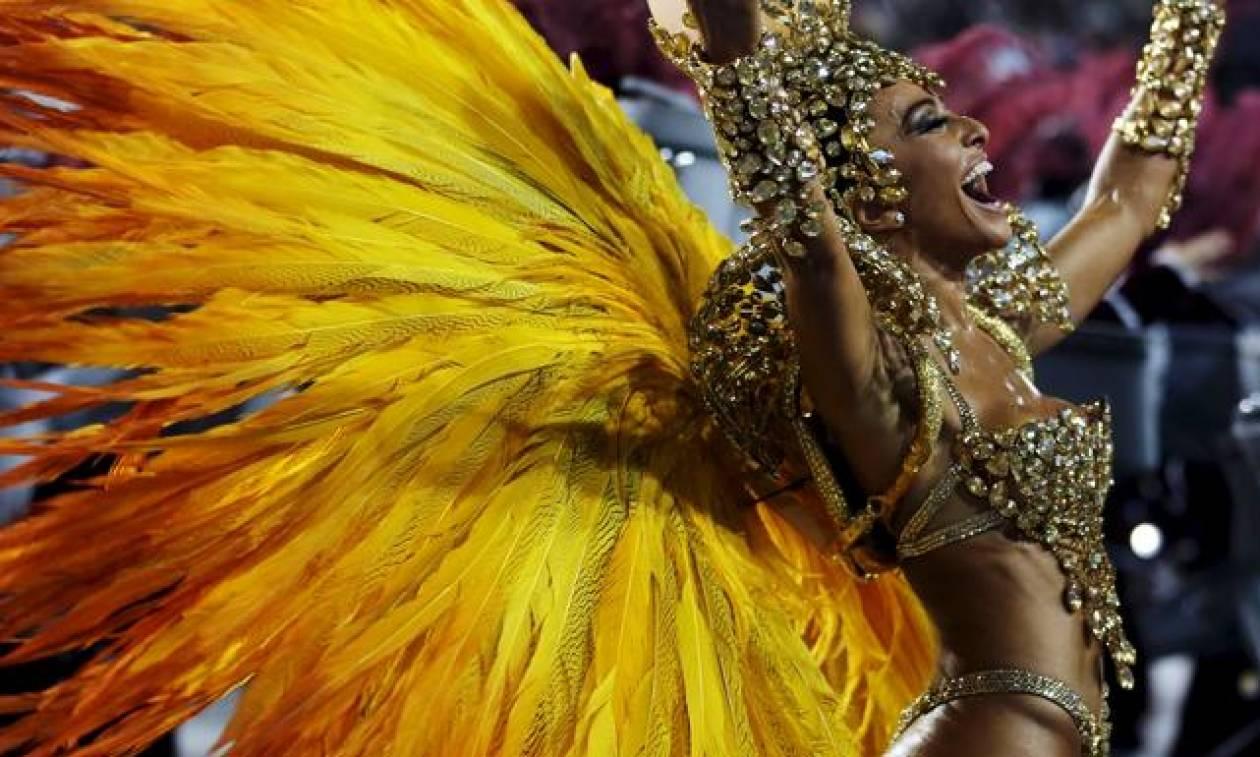 Χορεύτρια καρναβαλιού χάνει το... εσώρουχό της μπροστά στο κοινό (video)