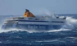 Μάχη με τα κύματα στην Τήνο: Δείτε την προσπάθεια του Blue Star να δέσει στο λιμάνι (vid)