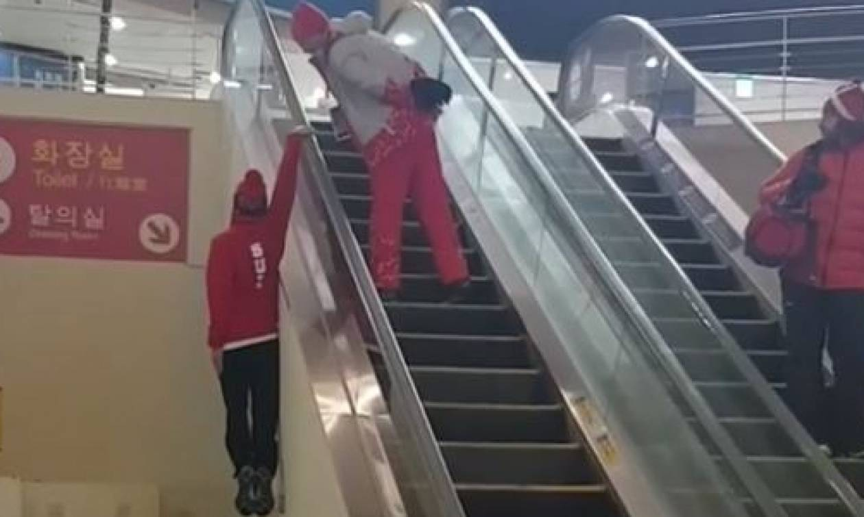 Τι ακριβώς κάνει; Ελβετίδα σκιέρ ανέβηκε κυλιόμενες σκάλες κρεμασμένη με το... χέρι (video)