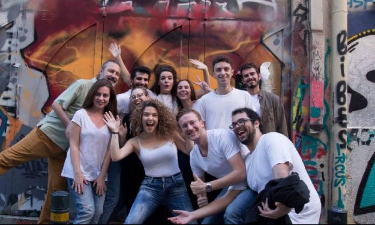 Αυτή είναι η ομάδα που γεμίζει την Κρήτη με δίστιχα του Ερωτόκριτου και της Ερωφίλης! (pics)