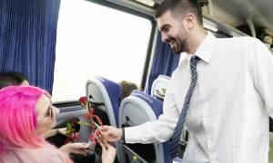 Άγιος Βαλεντίνος: Η ΤΡΑΙΝΟΣΕ μοίρασε τριαντάφυλλα και σοκολατάκια! (pics)