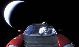 Απίστευτο! Φόβοι ότι το αυτοκίνητο Tesla του Έλον Μασκ θα πέσει σαν αστεροειδής στη Γη (Vid)