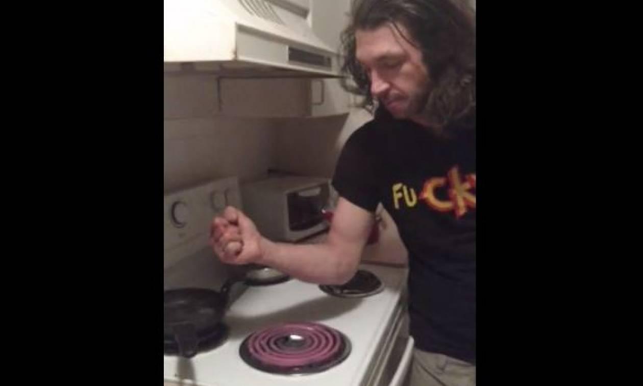 Σκληρές εικόνες! Άναψε το μάτι της κουζίνας και έκανε κάτι σοκαριστικό... (video)
