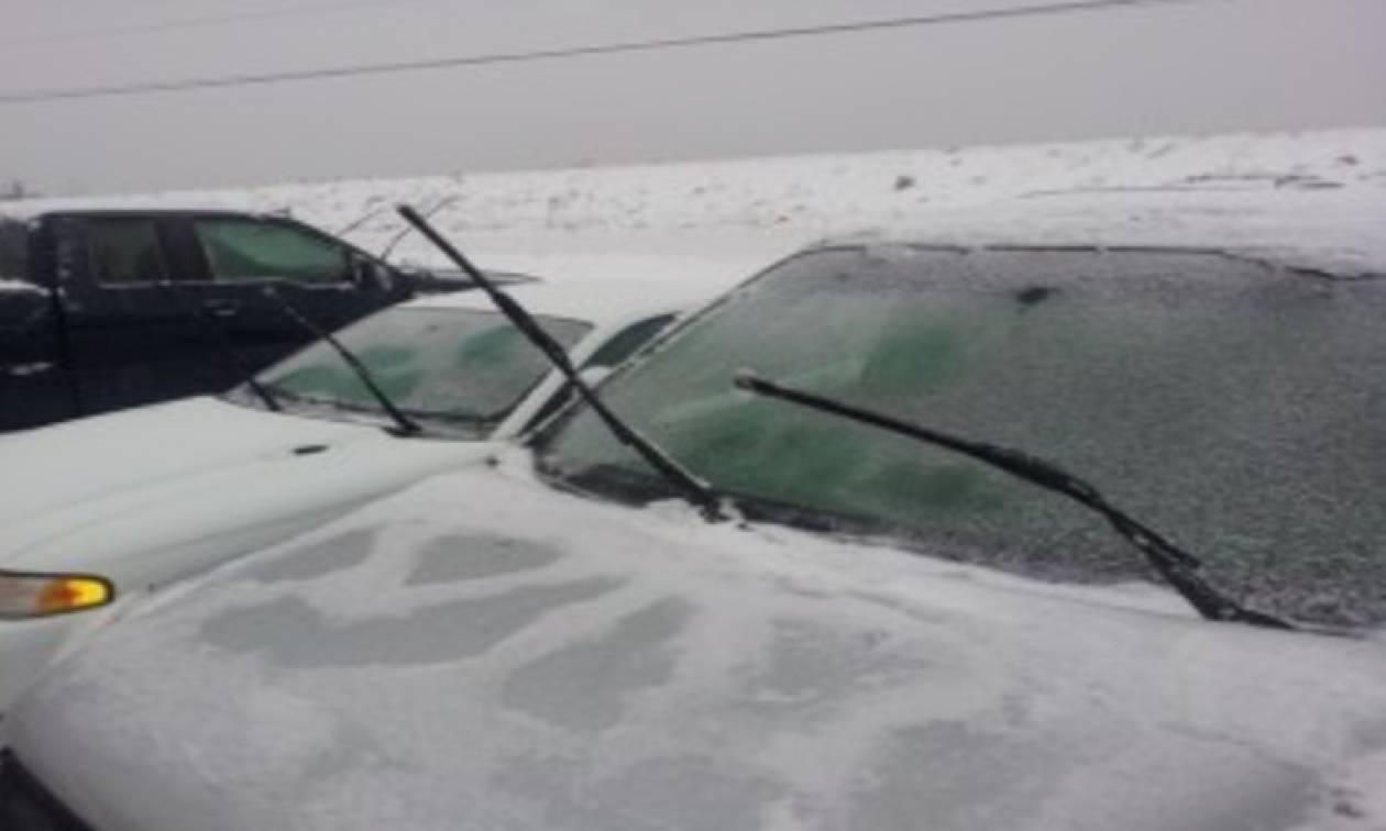 Ξύπνησε και βρήκε τα τζάμια του αυτοκινήτου του παγωμένα. Αυτό που έκανε να το θυμάστε... (video)